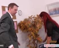 ရုံးခန်းထဲမှာ Redhead Mia Lelani လေ့ကျင့်ခန်း